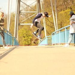 Skateboarding a skákání přes gumu